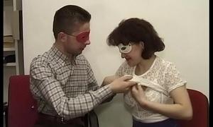 Luca con la sua ragazza ungherese Jenny che si fa chiavare il culo in ufficio